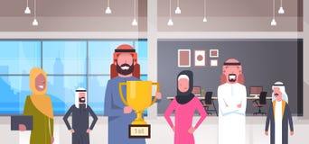 Team Of Arabic Business People che tiene tazza dorata sopra il gruppo moderno delle persone di affari dei vincitori del fondo del illustrazione vettoriale