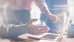 Team Arbeit Neue Projektdiskussion Startmannschaft im Büro Filmeffekt und Blendenfleckeffekt Stockfoto