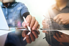 Team arbetsbegreppet, affärsmanhanden som in deltar i videokonferens Royaltyfri Bild