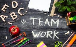 Team arbetsbegreppet, kontorsskrivbord med kontorstillbehör fotografering för bildbyråer