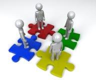 Team auf unterschiedlichen Puzzlestücken Stockbild