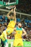 Team Australia na ação durante o fósforo de basquetebol do grupo A do Rio 2016 Jogos Olímpicos contra a equipe EUA Imagem de Stock Royalty Free