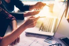 Team bedrijfsmensen` s baan het werken met document voor financieel in open plekbureau Lopend vergaderingsrapport het effect van  stock afbeeldingen