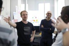 Team Brainstorming en taller de la reunión imagenes de archivo