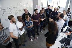 Team Brainstorming na oficina da reunião imagens de stock royalty free