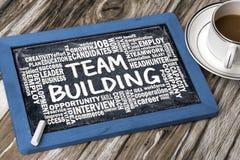 Team-building con la mano relativa della nuvola di parola che attinge lavagna Immagine Stock