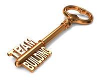 Team Building - goldener Schlüssel. vektor abbildung