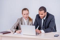 Team-building Uomo d'affari sorridente due che se esamina whil Immagini Stock