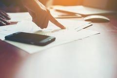 Team Business-Fachleute, die an hölzernem De des Büros zusammenarbeiten Lizenzfreie Stockbilder
