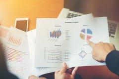 Team Business-Fachleute, die an hölzernem De des Büros zusammenarbeiten Stockfotografie