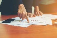 Team Business-Fachleute, die an hölzernem De des Büros zusammenarbeiten Lizenzfreie Stockfotos