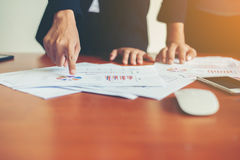 Team Business-Fachleute, die an hölzernem De des Büros zusammenarbeiten Lizenzfreie Stockfotografie