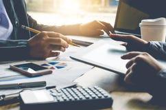 Team businessmans Job Arbeiten mit Laptop im Büro des offenen Raumes stockfotos