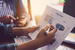 Team businessmans Job Arbeiten mit Laptop im Büro des offenen Raumes Lizenzfreies Stockfoto
