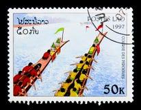Team in camice rosse, gruppo in camice gialle che remano verso l'alto, canoa r Fotografie Stock Libere da Diritti