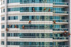 Team Of Climbing Workers Cleaning stock foto