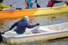 Team Coach avec Dragon Boat AVANT JÉSUS CHRIST Photo stock