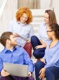 Team con il pc della compressa e del computer portatile sulla scala Fotografie Stock Libere da Diritti