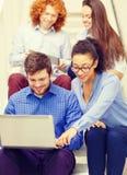 Team con il pc della compressa e del computer portatile sulla scala Immagini Stock Libere da Diritti