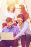 Team con il pc della compressa e del computer portatile sulla scala Immagine Stock