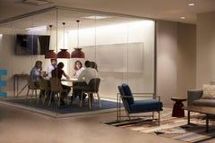 Team dans un compartiment de réunion à une grande entreprise constituée en société Image libre de droits