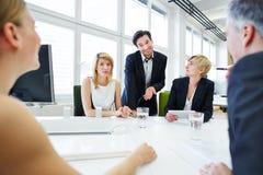 Team, das Diskussion im Geschäftstreffen hat Stockfotografie