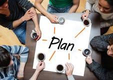 Team das Gedanklich lösen über einem Plakat mit dem Plan, der auf ihn geschrieben wird lizenzfreies stockfoto
