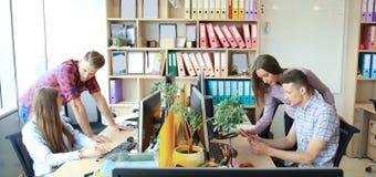 Team, das im Büro arbeitet Überwachen Sie schreibend und neues Projektbesprechend stockfotos