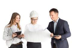Team, das im Büro zusammenarbeitet Getrennt auf weißem Hintergrund Lizenzfreies Stockbild