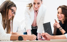 Team, das im Büro an der Planung zusammenarbeitet Lizenzfreies Stockfoto