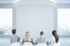 Team, das leere Wand betrachtet Lizenzfreies Stockfoto