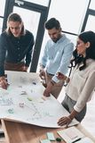 Team, das zusammenarbeitet Draufsicht jungen überzeugten Geschäft peop Lizenzfreies Stockfoto
