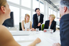 Team dat bespreking in commerciële vergadering heeft Stock Fotografie