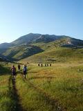Team dat op hoogste Kroatische berg beklimt stock afbeelding