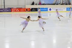 Team in den Kleidern führen an Open Cup synchronisiertem Eislauf durch Lizenzfreie Stockbilder