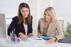 Team der erfolgreichen Geschäftsfrau im Büro Stockfoto