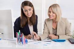 Team der erfolgreichen Geschäftsfrau im Büro Stockfotos