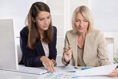 Team der erfolgreichen Geschäftsfrau im Büro Lizenzfreie Stockfotografie
