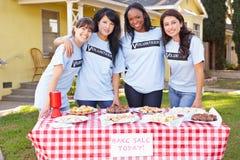 Team der Frauen, die Nächstenliebe laufen lassen, backen Verkauf lizenzfreie stockfotos