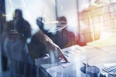 Team der Geschäftsperson arbeitet zusammen an Firmenstatistiken Konzept der Teamwork Doppelte Berührung lizenzfreie stockfotografie