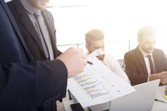 Team der Geschäftsperson arbeitet zusammen an Firmenstatistiken Konzept der Teamwork stockfotografie