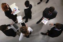 Team der Geschäftsperson arbeitet zusammen an Firmenstatistiken Shooted von oben genanntem Konzept der Teamwork und der Partnersc lizenzfreie stockfotos
