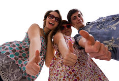 Team der jungen Leute, die sich Daumen zeigen Stockfoto