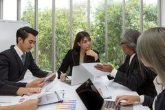 Team des asiatischen Geschäfts aufwerfend im Konferenzzimmer Arbeits-brainstor stockbilder