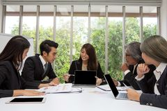 Team des asiatischen Geschäfts aufwerfend im Konferenzzimmer Arbeits-brainstor lizenzfreie stockfotografie