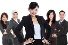 Team des asiatischen jungen Wirtschaftlers, lokalisiert im weißen Hintergrund Stockbilder