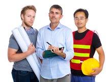 Team des Ingenieurs mit asiatischem und kaukasischem Lizenzfreie Stockfotografie
