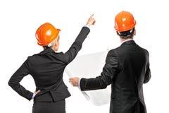 Team des männlichen und weiblichen Architektenschauens Stockfotos