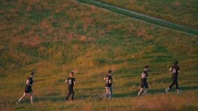 Team die in het platteland lopen stock videobeelden
