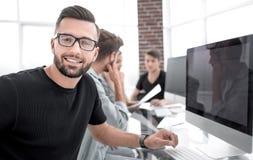 Team die jungen Fachleute, die zufällige Diskussion im Büro haben lizenzfreie stockfotos